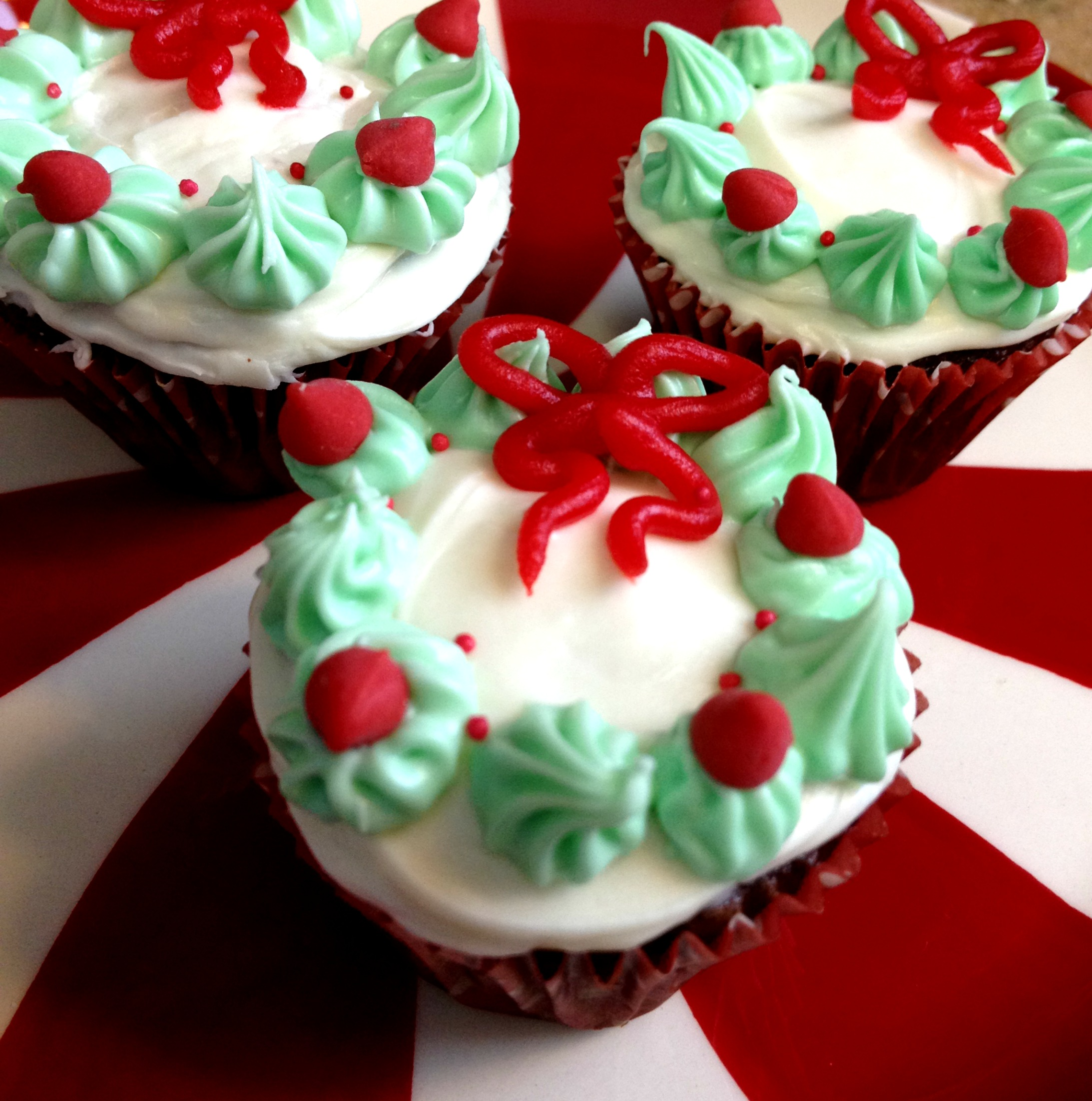 Christmas wreath mini cupcakes for Pics of christmas desserts